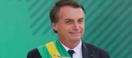 Bolsonaro com caneta compactor