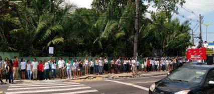 manifestantes-dao-abraco-simbolico-no-inpa